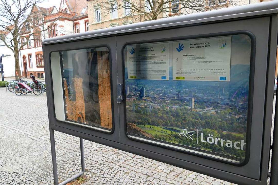 Die erste Tafel des Lörracher Menschen... hängt im Schaukasten vor dem Rathaus.  | Foto: Dora Schöls