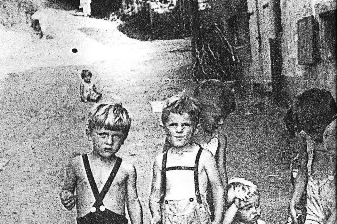 Das historische Bild zeigt Kinder auf ...er Straße sitzend Hannelore Hellstern.  | Foto: privat