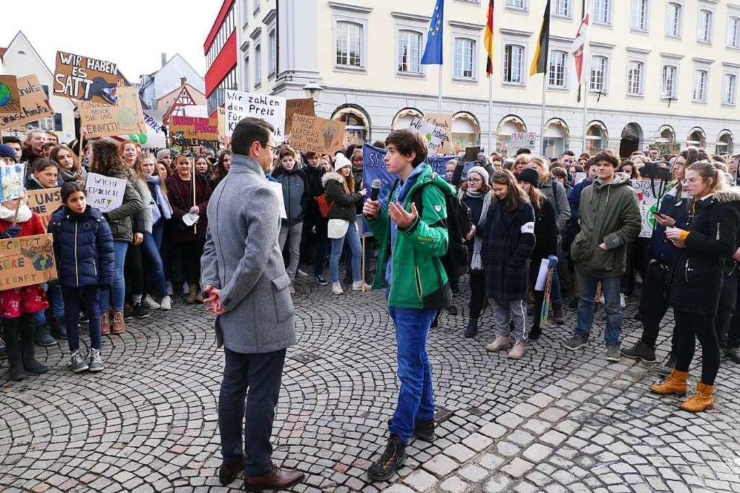 Der Offenburger OB Marco Steffens im Gespräch mit den Schülern  | Foto: Ralf Burgmaier