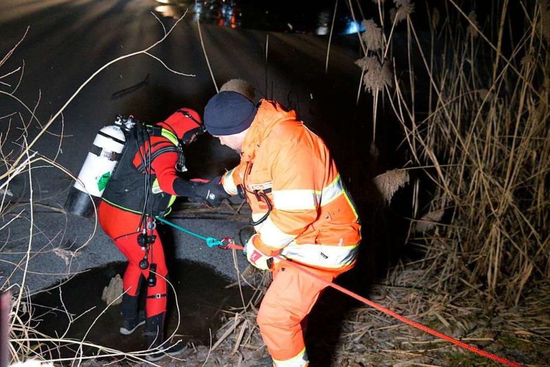 Retter suchen nach einem im Eis eingebrochenen Kind  | Foto: dpa