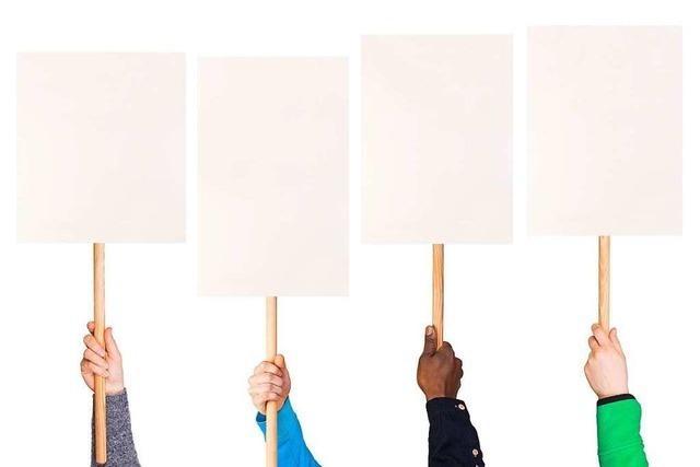 Stiller Protest: Anwohner monieren mit bedrucktem Papier geplante Pension in Rust