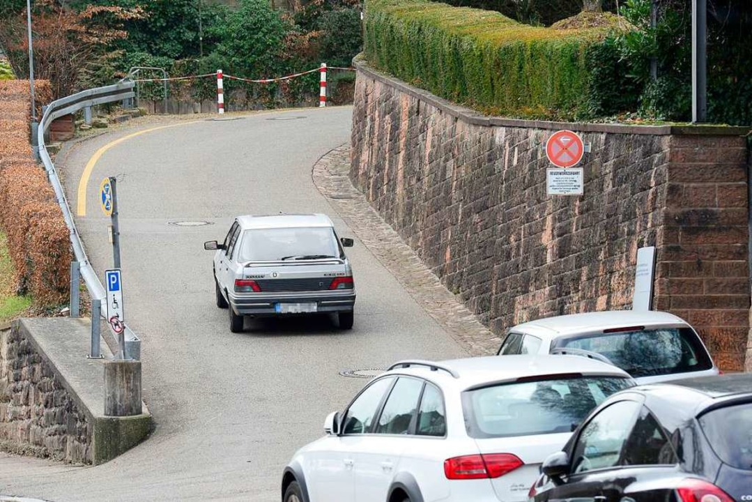 Die Zufahrt zu den Krankenhausparkplätzen ist nicht leicht zu finden.  | Foto: Ingo Schneider
