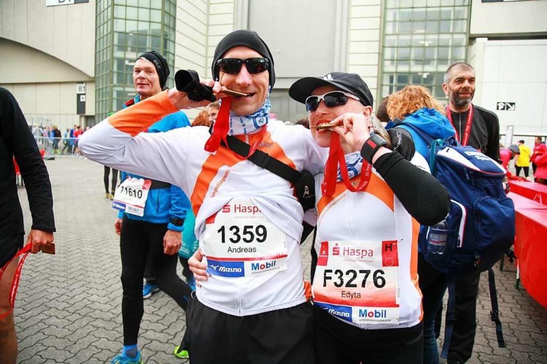 Andreas und Edyta glücklich im Ziel des Marathons in Hamburg.  | Foto: privat