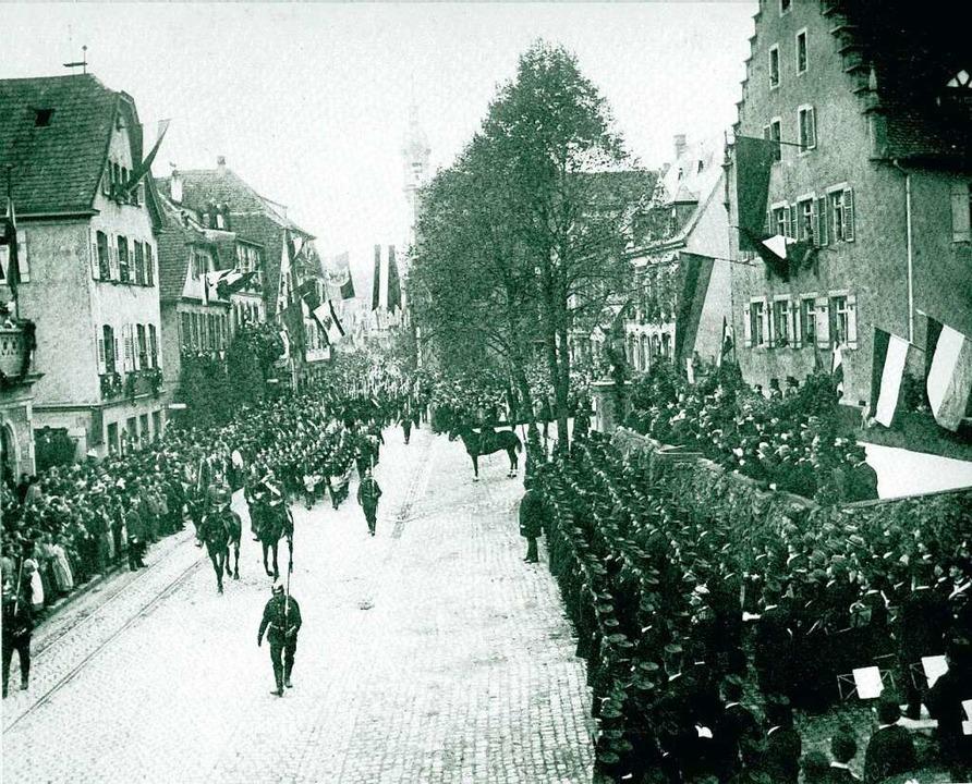 Im Jahr 1898, ein Jahr nach dem Einzug...eregiment  169 über den  Urteilsplatz.    Foto: Archiv Stadt Lahr