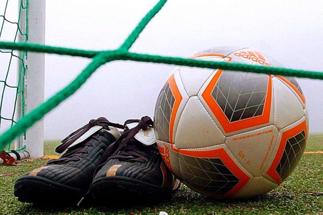 Der FC Denzlingen hat von der Gemeinde...inbollenstadions verlangt. Symbolbild.  | Foto: dpa