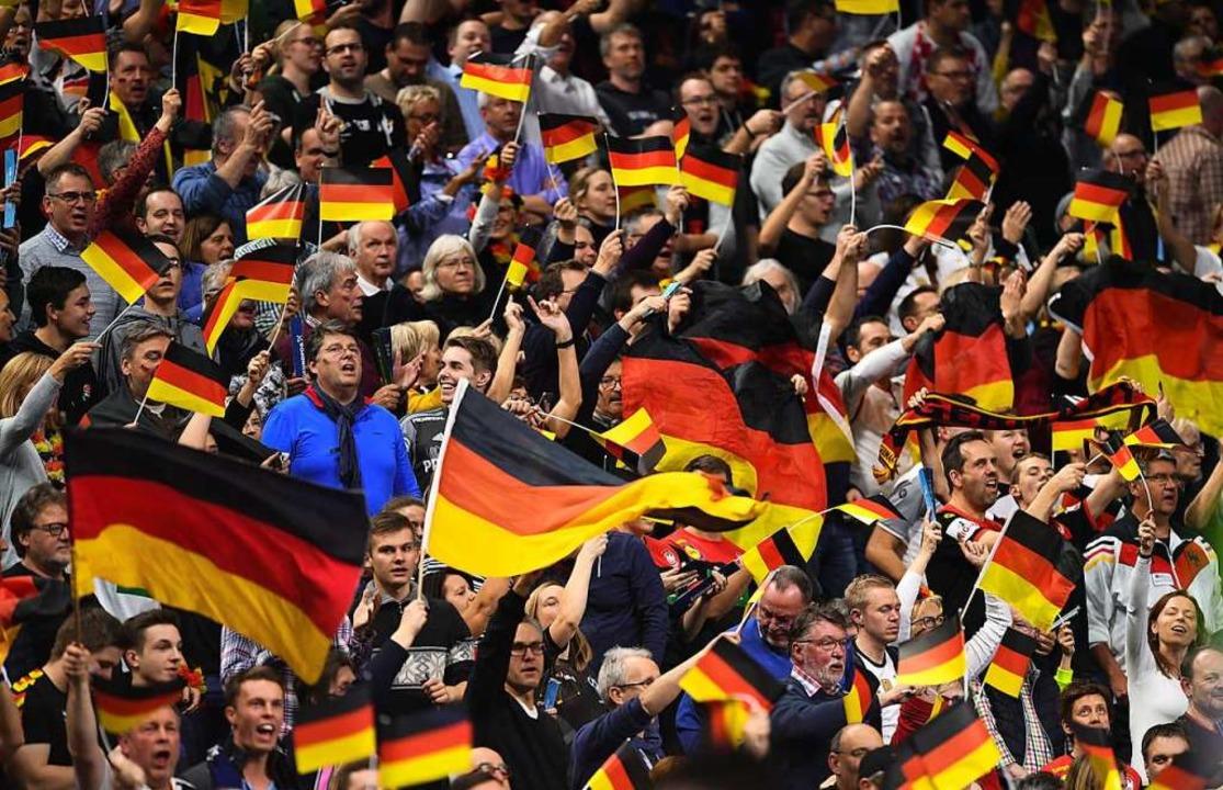 Deutsche Handballfans während des Spiels gegen die Spanier am Mittwoch in Köln     Foto: dpa