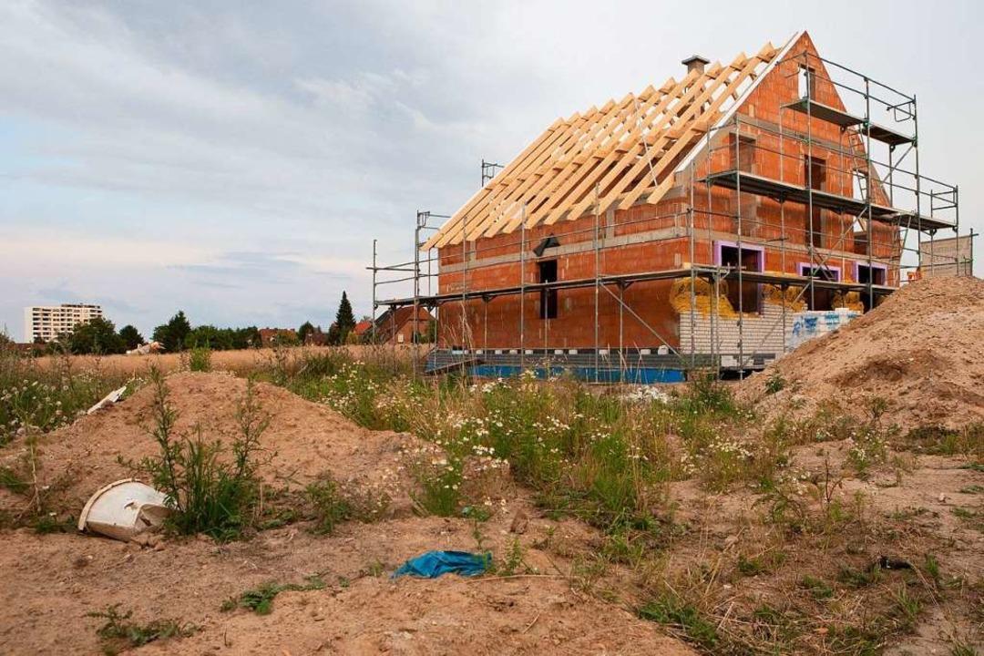 An Bauland zu kommen, wird für Häuslebauer  immer schwieriger.  | Foto: dpa-tmn