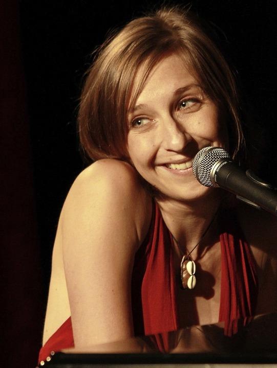 Hinter Sarah Hakenbergs süßem Lächeln steckt rabenschwarzer Humor.  | Foto:  PNP/Pierach