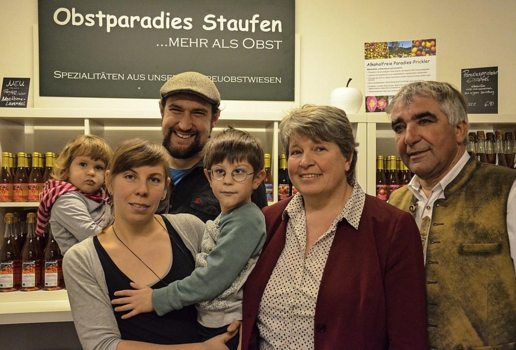 Im Obstparadies packt die ganze Famili...und Janosch, Susanne und Martin Geng.   | Foto:  Gabriele Hennicke