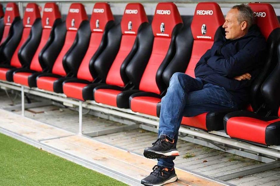Christian Streich vor dem Anpfiff auf der Trainerbank. (Foto: dpa)