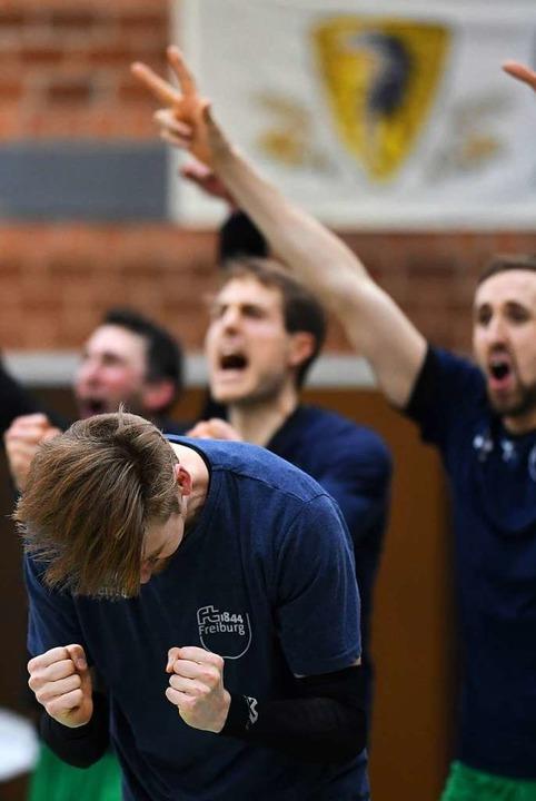 Auch in der Freiburger Wechselzone wur...hrend des Spiels mächtig mitgefiebert.  | Foto: Patrick Seeger
