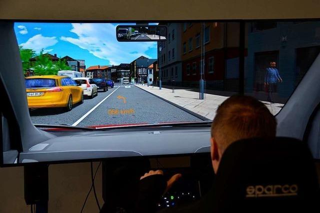 Polizisten und Malteser trainieren virtuelle Einsatzfahrten im Simulator