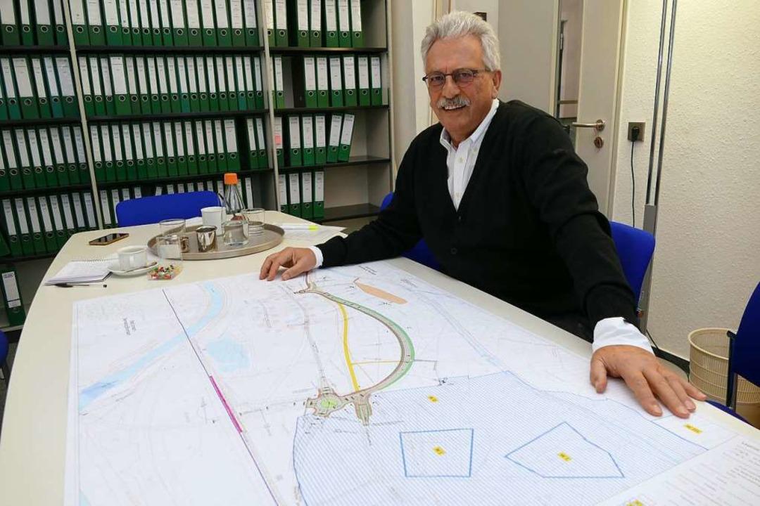 Kurt Sänger mit einem Plan fürs Zentra..., wie die L 138 einmal verlaufen wird.    Foto: Peter Gerigk