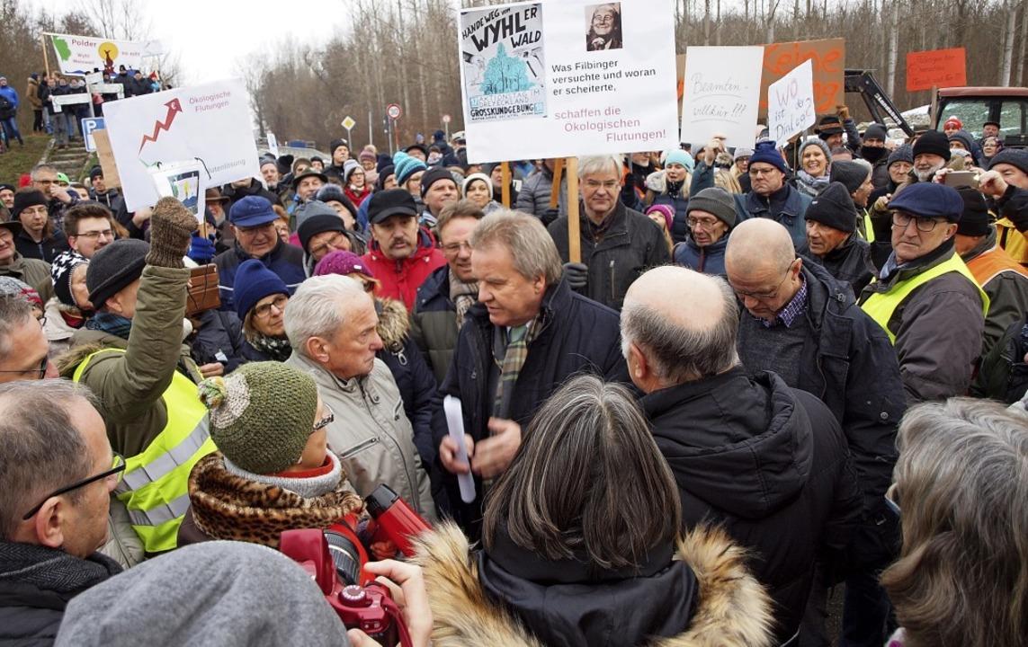 Demonstranten aus den vom geplanten Po...minister Franz Untersteller zur Rede.   | Foto: Michael Haberer