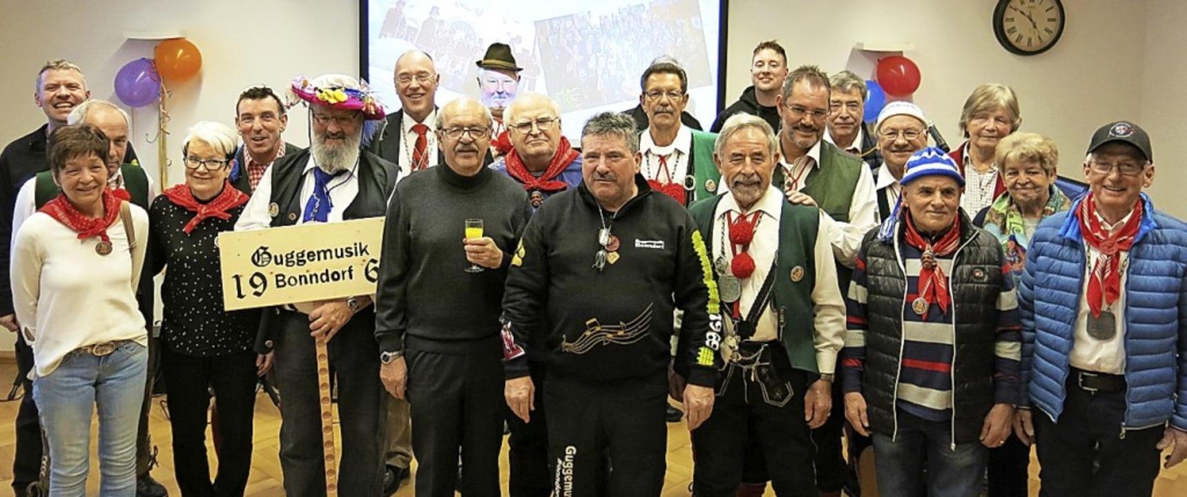 Die Gründungsmitglieder der Guggenmusi...Wegbegleitern den gebührenden Applaus.  | Foto: Erhard Morath