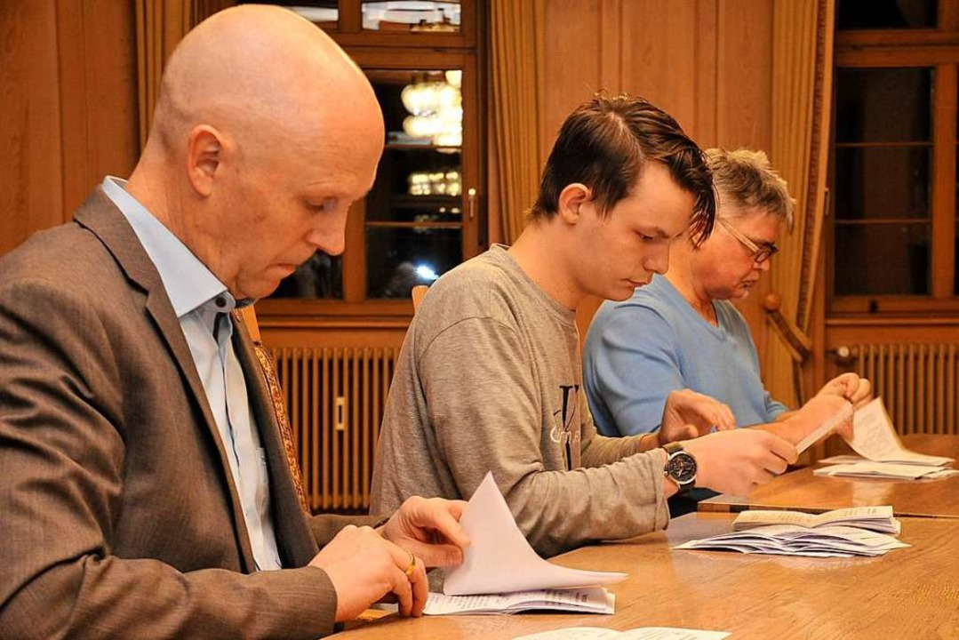 Bürgermeister Rüdiger Ahlers (links) h...önlich half beim Auszählen der Stimmen  | Foto: Hans-Peter Müller
