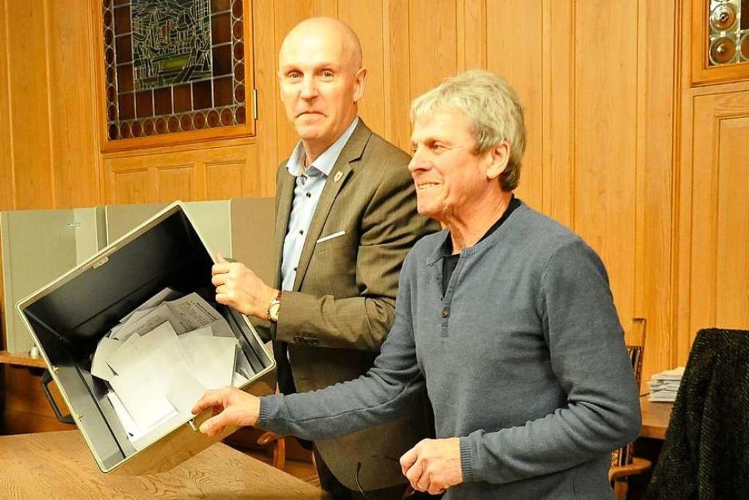 Der Bürgermeister und sein Stellvertre...nen der Wahlurne im Wahlbezirk Rathaus  | Foto: Hans-Peter Müller