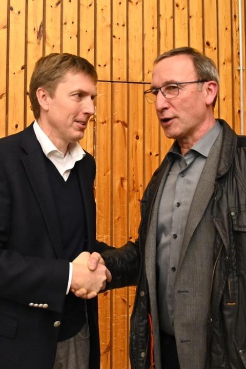 Der unterlegene Kandidat Frank Link (rechts) gratuliert Johannes Albrecht  | Foto: Jonas Hirt
