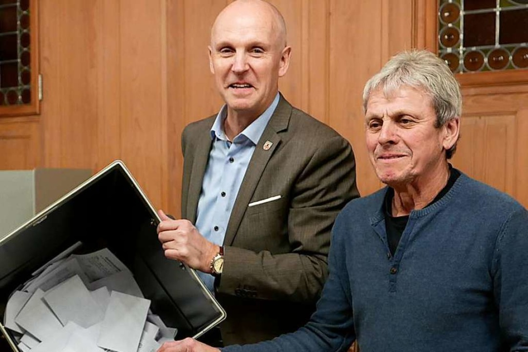 Bürgermeister Rüdiger Ahlers (links) u...eter Edwin Hofmann öffnen die Wahlurne  | Foto: Hans-Peter Müller