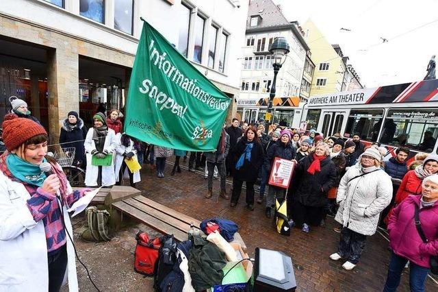 Rund 100 Freiburgerinnen protestieren gegen Paragraf 219a