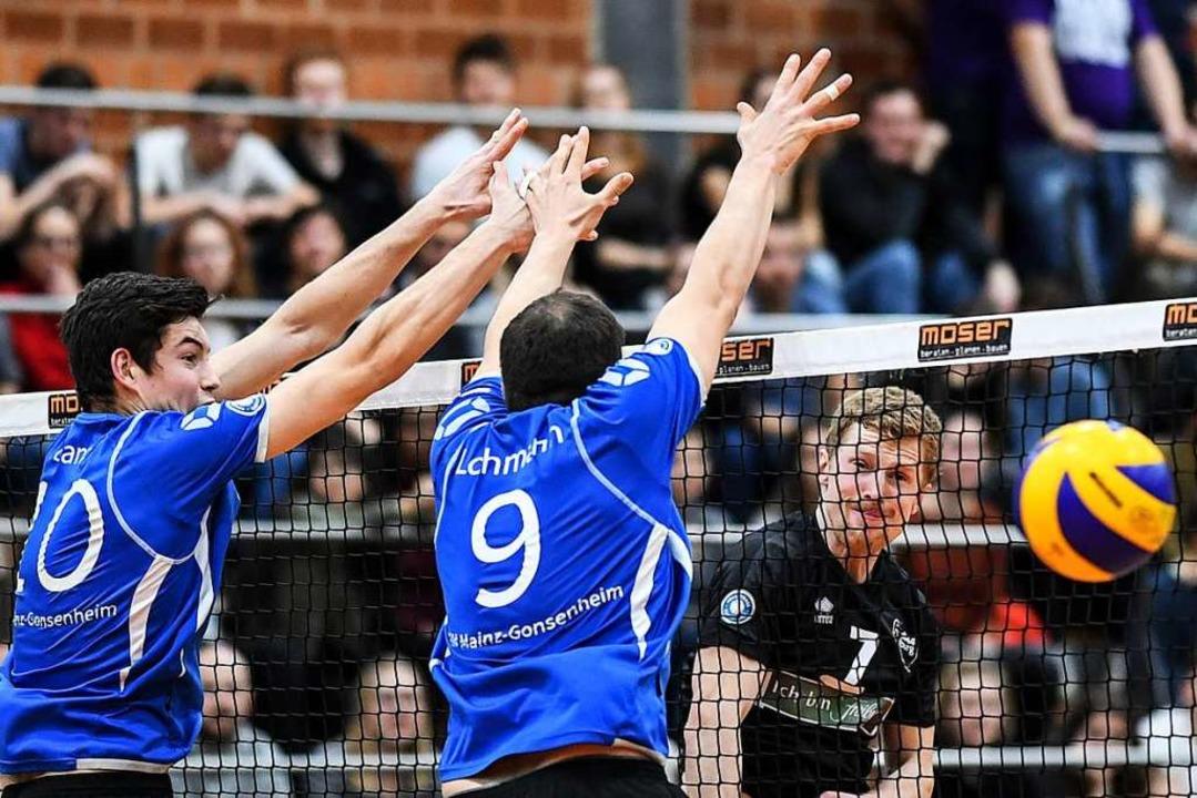 Mit Schmackes schmettert Max Meuter den Ball am Mainzer Doppelblock vorbei.  | Foto: Patrick Seeger