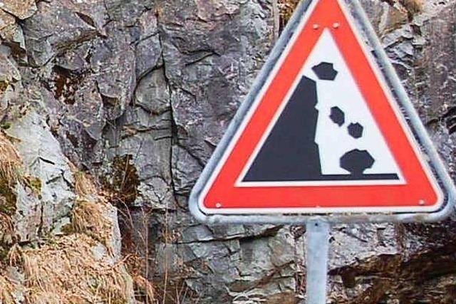 Auto vom Steinschlag getroffen – Schrecksekunde für den Fahrer