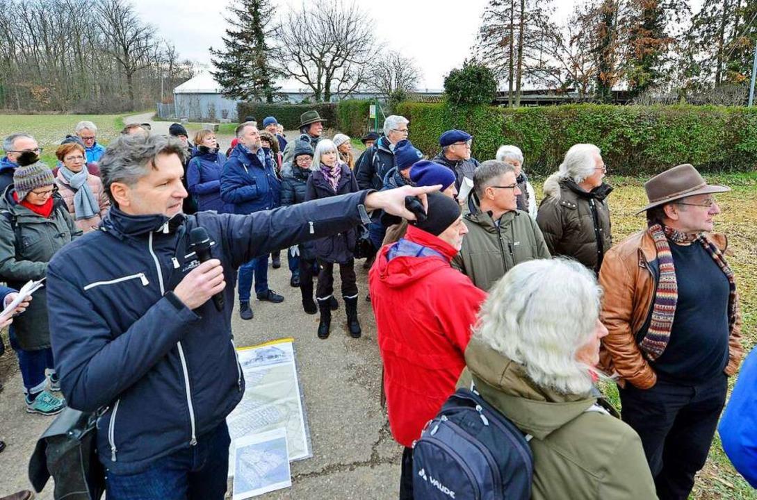 Wolfgang Borgards (vorn) zeigt vor Ort, wo was hinkommen könnte.  | Foto: Michael Bamberger