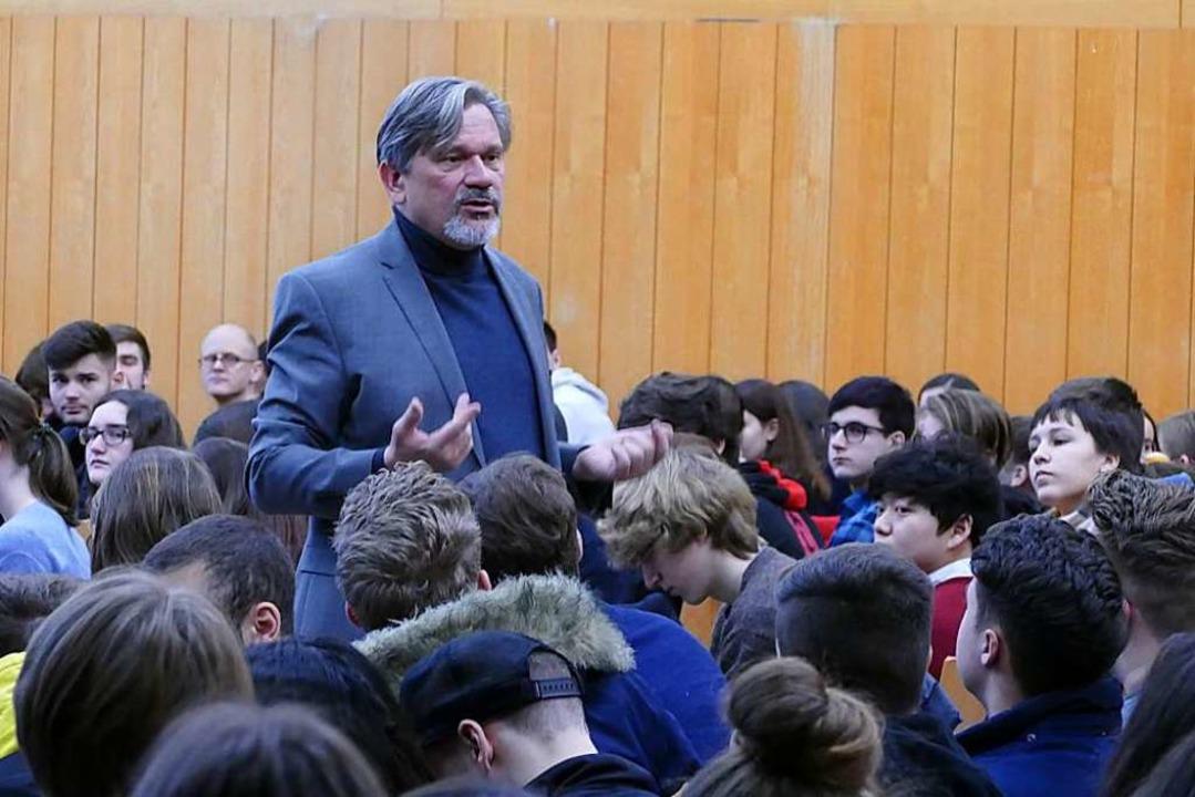 Dominik Bartsch vom UN-Flüchtlingshilfswerk diskutiert mit Lörracher Schülern.  | Foto: Dora Schöls