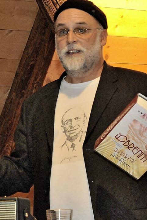 Das Konterfei  von Mordechai Gebirtig ... und Poeten befasst hat, auf der Brust  | Foto: Markus Zimmermann