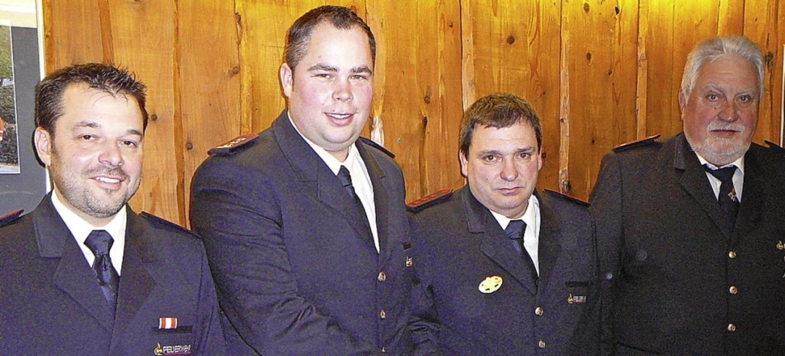 Kommandant Oliver Schirmer (Zweiter vo...mmandanten Karl-August Göpf (rechts).   | Foto: Mück