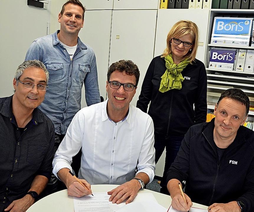 Konrad Molz und Ulrich Denzel untersch... Ronald Kotterer (von rechts) freuen.   | Foto: Gerhard Lück