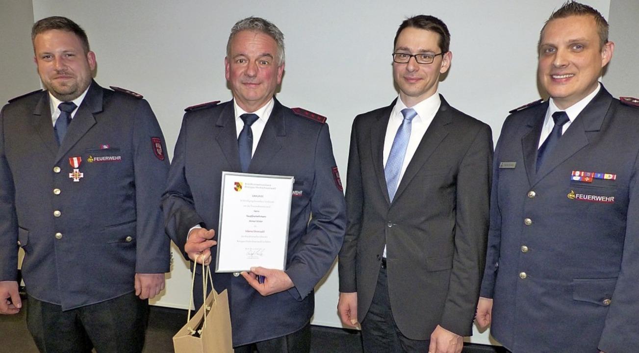 Werner Winter (Zweiter von links) wurd... Kommandanten Thomas Gauchel (links).     Foto: Bachmann-Goronzy
