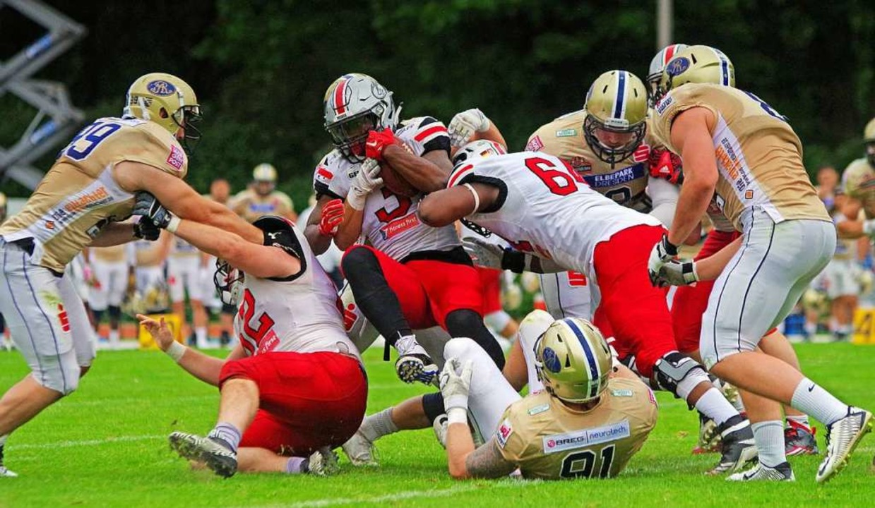 American Football in Deutschland: Es b...burg Huskies und die Dresden Monarchs.  | Foto: dpa