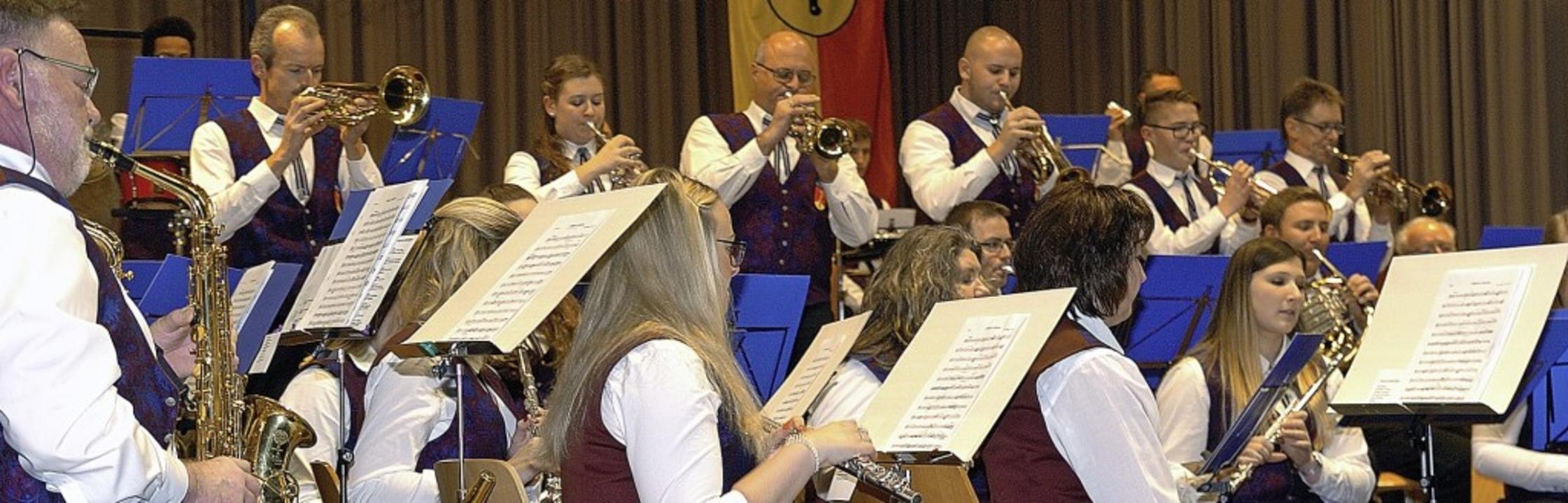Der Musikverein Kiechlinsbergen in Akt...im Doppelkonzert in der Weinberghalle     Foto: Jürgen Schweizer