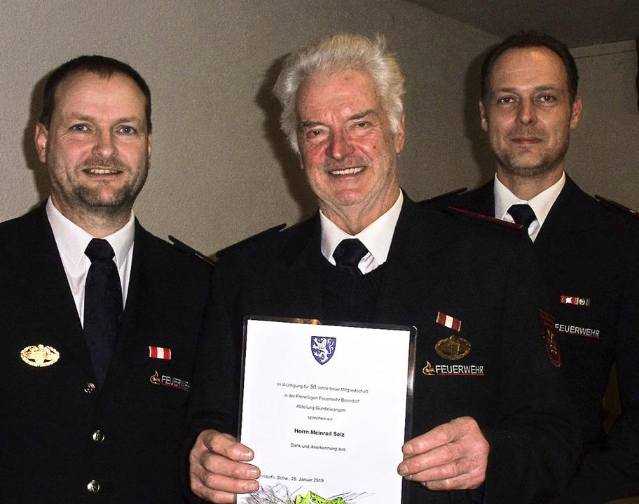 Meinrad Selz (Mitte) wurde für 50 Jahr...inks) und Martin Selz (rechts) geehrt.  | Foto: Cornelia Selz