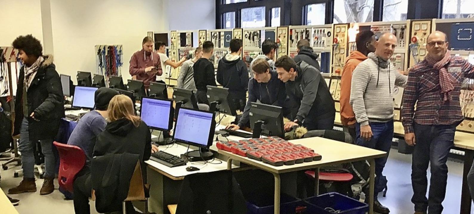 Schüler aus dem Elsass  konzipieren un...en Kollegen eine Beleuchtungsanlage.    | Foto: GHSE