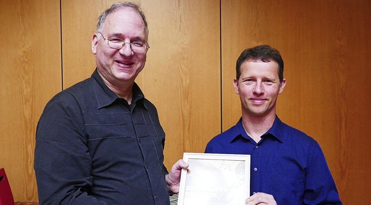Mit einer Auszeichnung hat der Deutsch...äckingen eine Urkunde und die DFB-Uhr.  | Foto: Joos