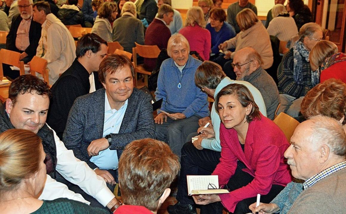 In Gesprächsgruppen im Kirchenraum tau...rsönlichen Hoffnungen zur Ökumene aus.    Foto: Gerhard Lück