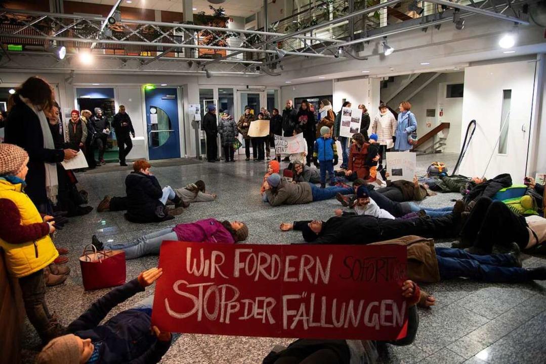 Zuvor hatte die Bürgerinitiative vor einer Gemeinderatssitzung demonstriert.  | Foto: Volker Münch