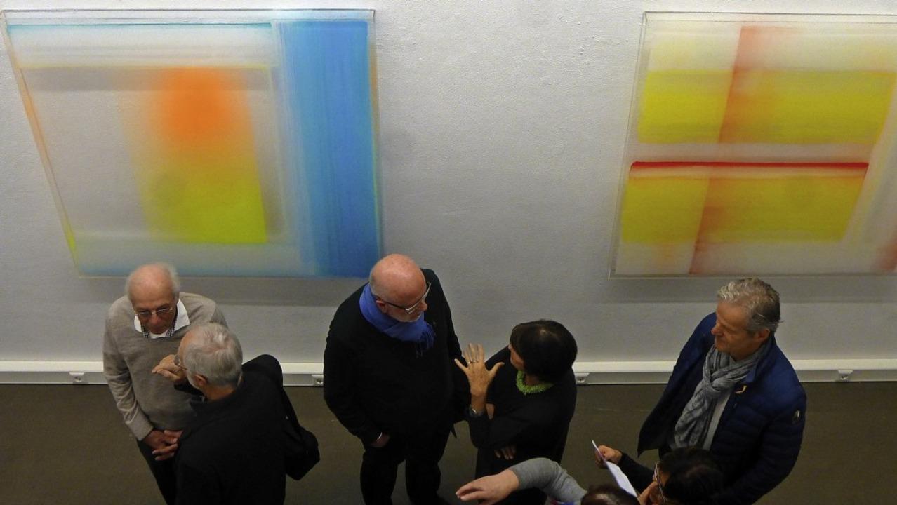 Besucher der Ausstellung in der Galeri...Grunern vor Werken von Nicola Stäglich  | Foto: Anne Freyer