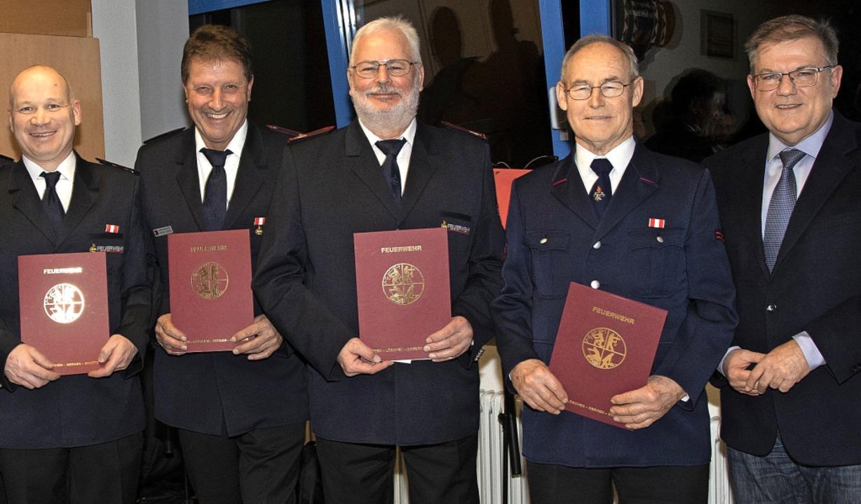 Für langjährige Mitgliedschaft in der ...m Schuster (von links) ausgezeichnet.     Foto: volker Münch