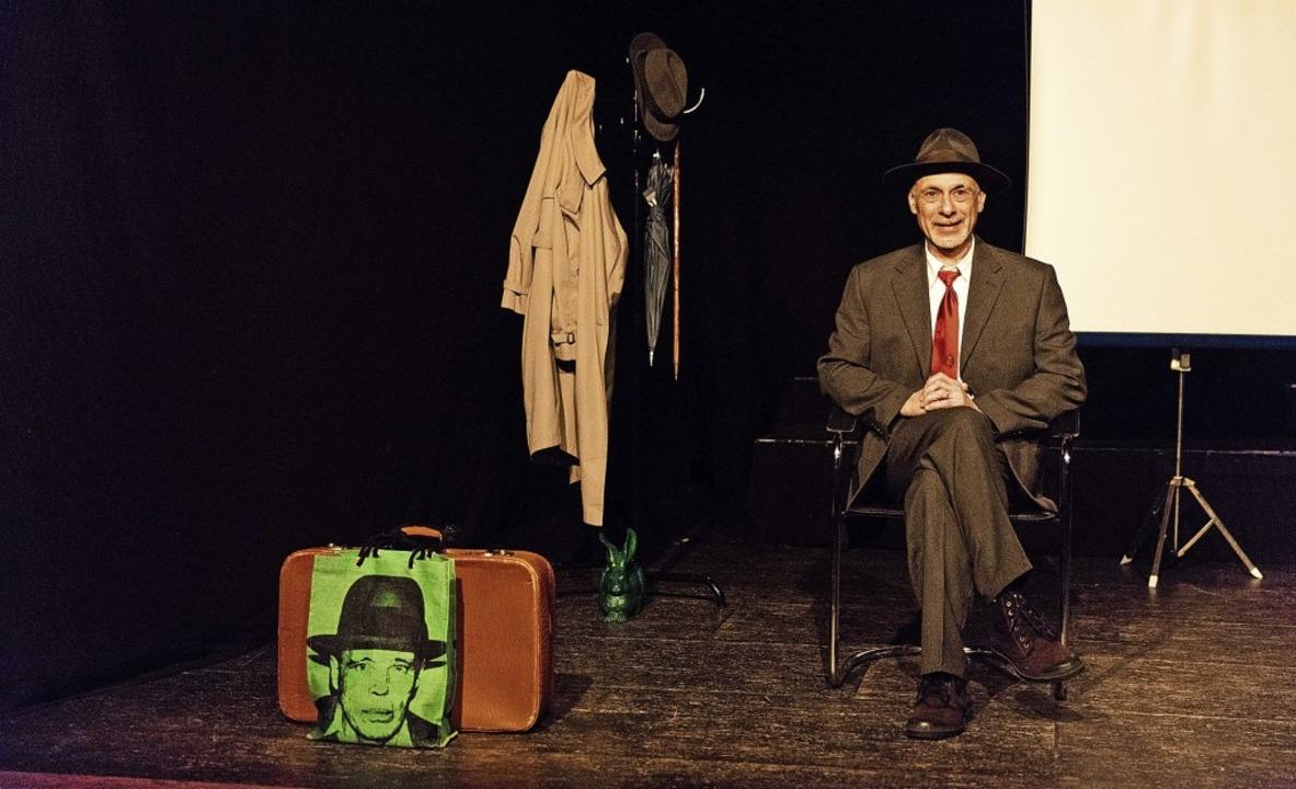 """Roland Eugen Beiküfner in """"Der Hut von Joseph Beuys"""".     Foto: Gabriele Zahn"""