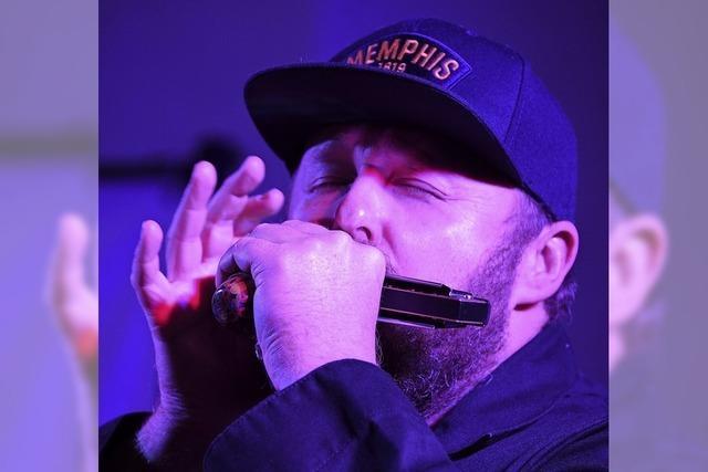 Blues-Prediger mit Mundharmonika