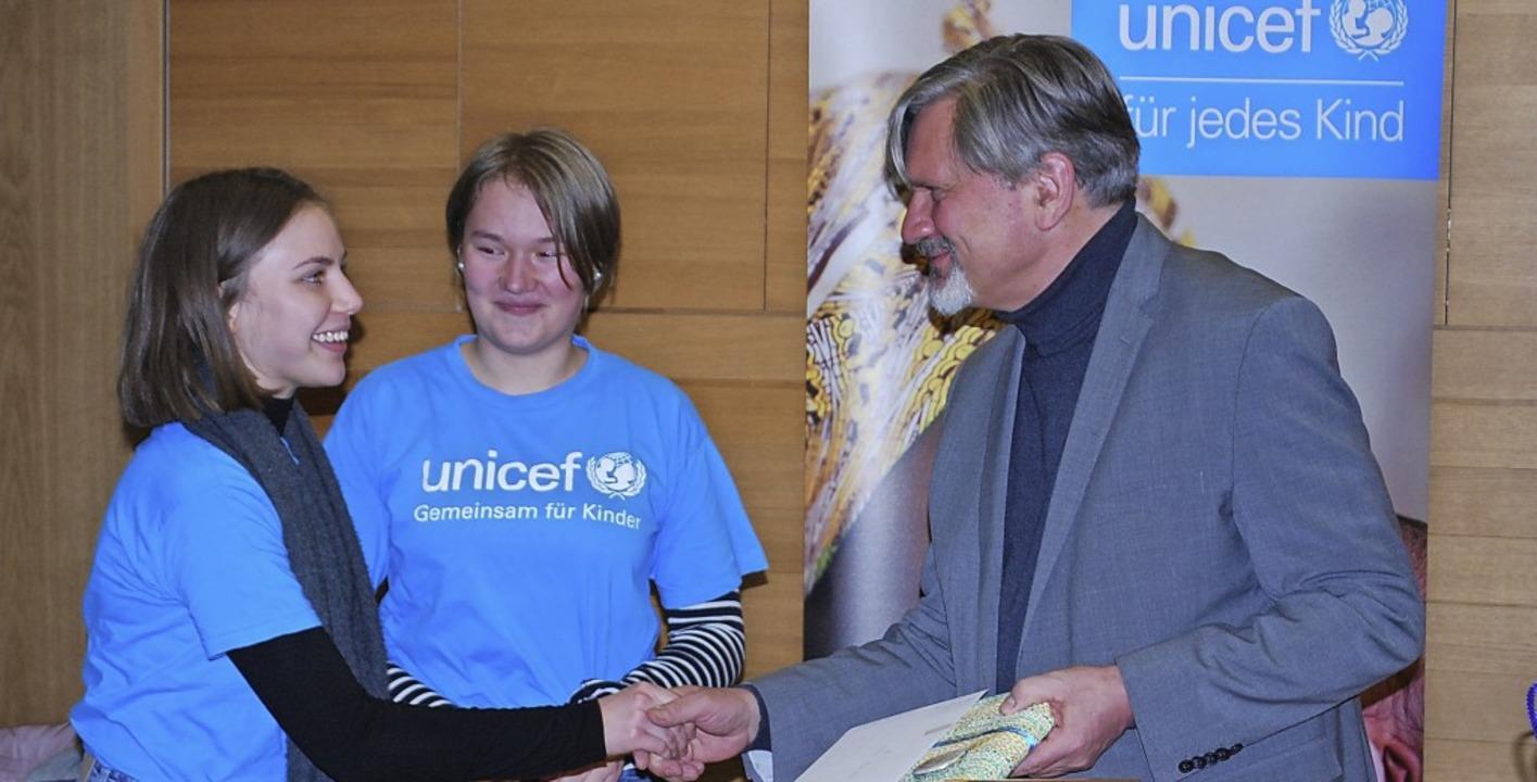 Mitglieder der Unicef-Gruppe Lörrach danken Dominik Bartsch für seinen Vortrag.   | Foto: Thomas Loisl Mink