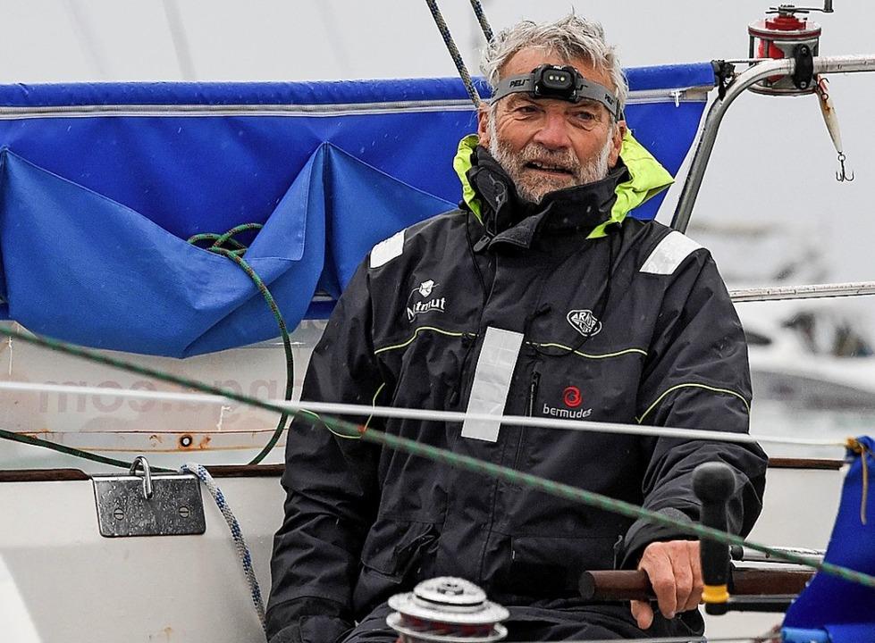 Jean-Luc Van Den Heede am Steuer seine...m Hafen von Les Sables d'Olonne     Foto: AFP