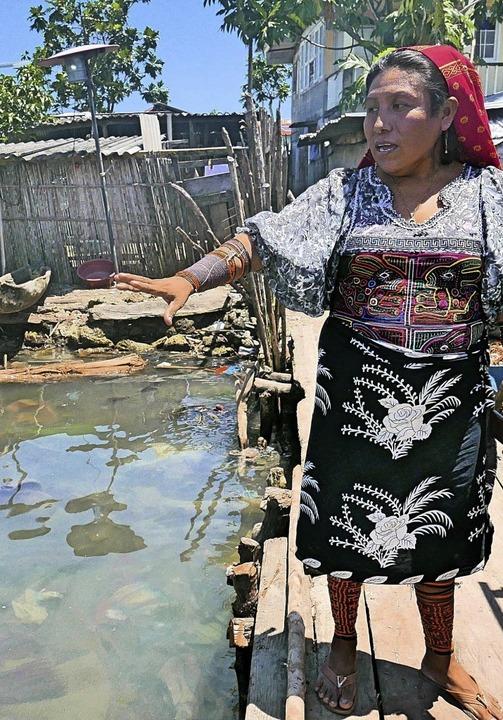 Die Kuna-Frau Loitza Brown erläutert die dramatische Lage auf ihrer Insel.  | Foto: Lichterbeck