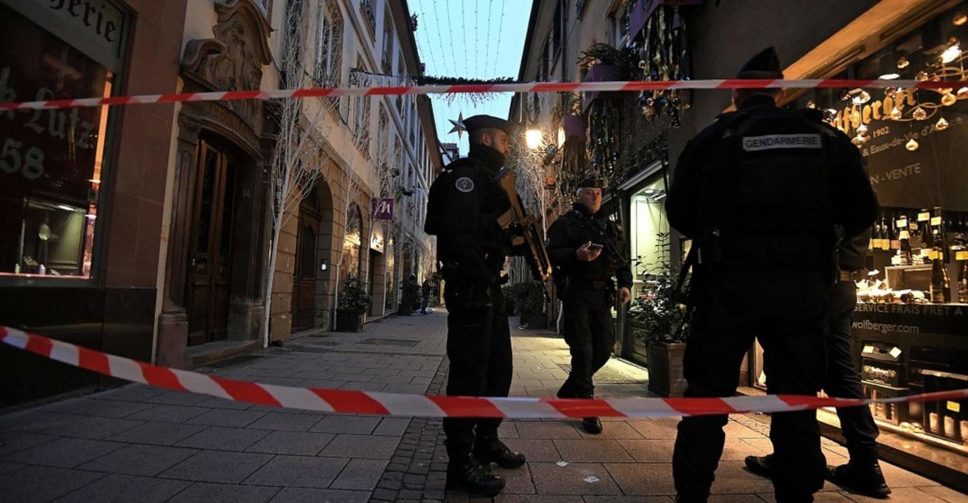 Polizisten in der Straßburger Innensta... dem Terroranschlag vom 11. Dezember      Foto: AFP