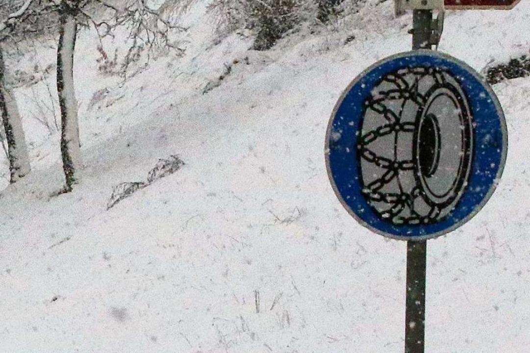 Das Schild, das auf Schneekettenpflich...nweist, wird offenbar gerne übersehen.  | Foto: dvn