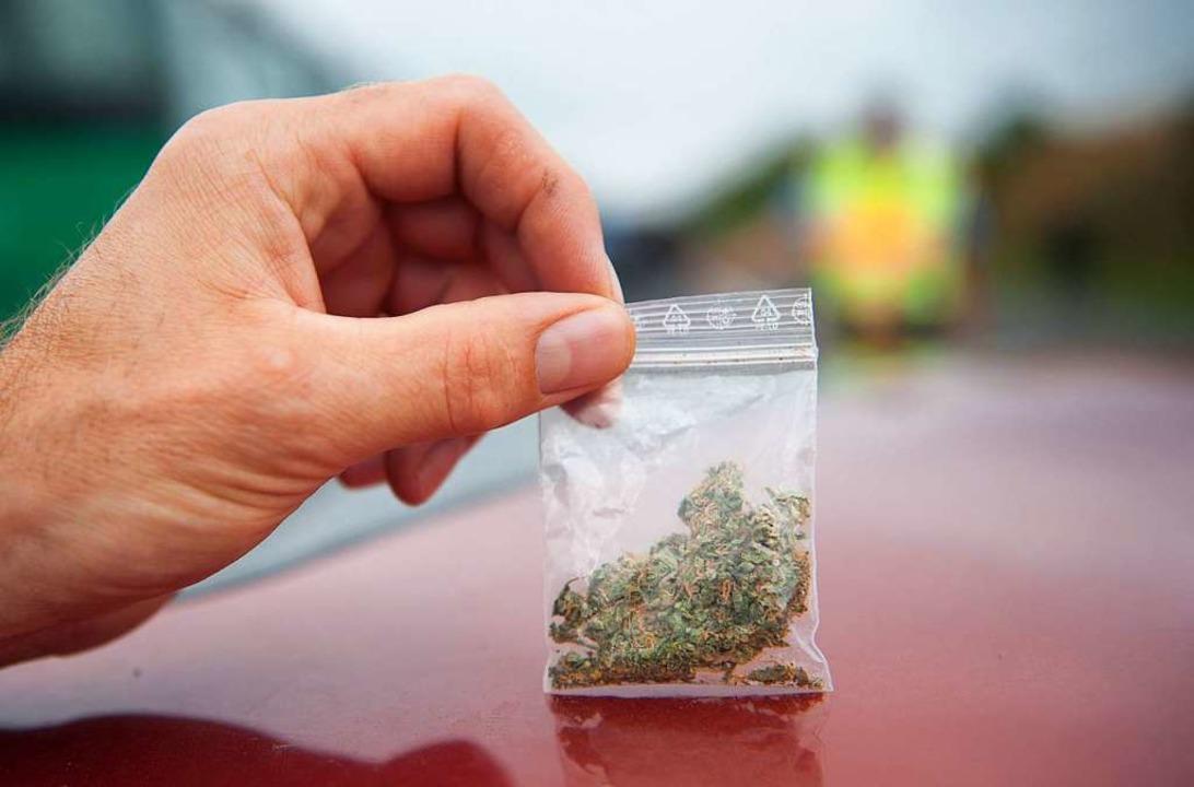 Die Polizei entdeckte drei Tütchen Cannabis auf dem Gehsteig (Symbolbild).    Foto: dpa