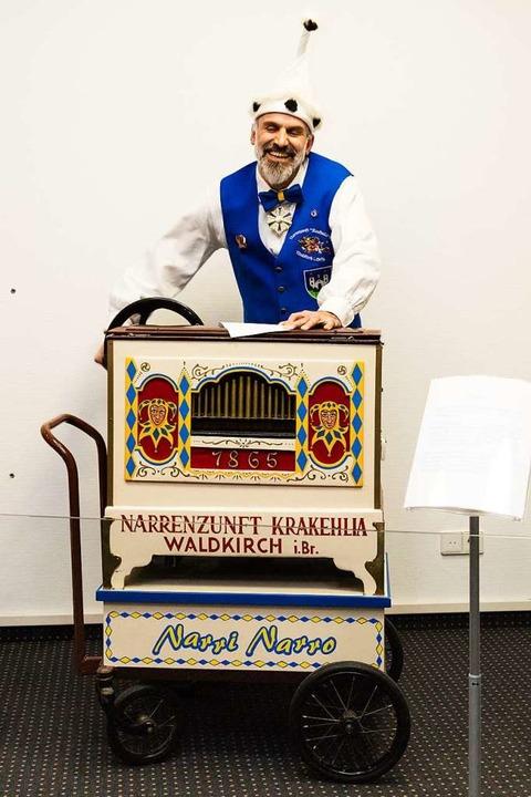 Michael Bayer lässt die Narrenorgel erklingen.  | Foto: Gabriele Zahn